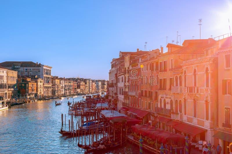 Veneza, It?lia - 26 de mar?o de 2019: Opini?o bonita do por do sol de Grand Canal da ponte de Rialto em Veneza foto de stock