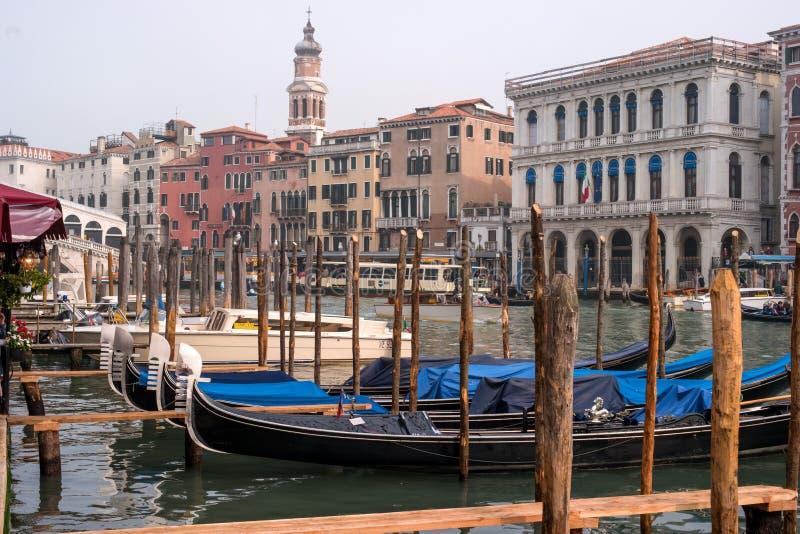 Veneza, Itália - 13 de outubro de 2017: Gôndola em Veneza As gôndola são amarradas nos cargos da amarração foto de stock royalty free