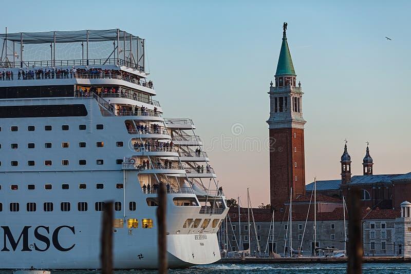 VENEZA, ITÁLIA - 7 DE OUTUBRO DE 2017: Ilha próxima de San Giorgio Maggiore do navio de cruzeiros do CAM fotografia de stock royalty free