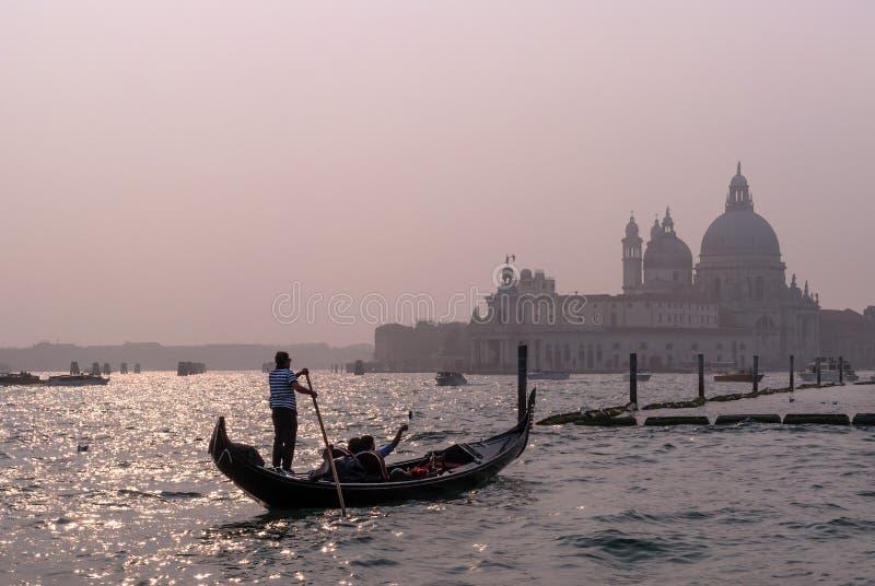 Veneza, Itália - 13 de outubro de 2017: O gondoleiro opera uma gôndola com os turistas nas águas do canal grandioso no fotografia de stock royalty free