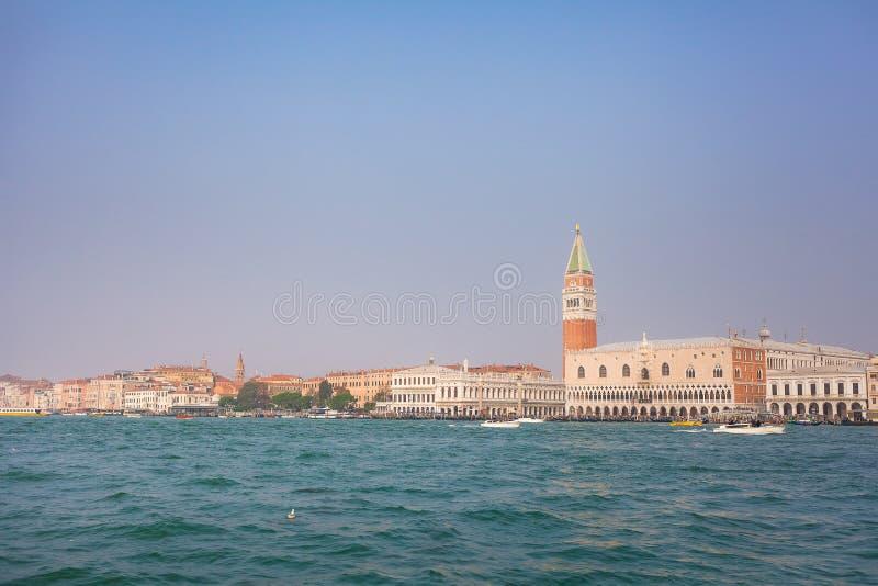 VENEZA, ITÁLIA - 6 DE OUTUBRO DE 2017: O palácio e o Campanile do doge em Praça di San Marco, Veneza, Itália fotografia de stock