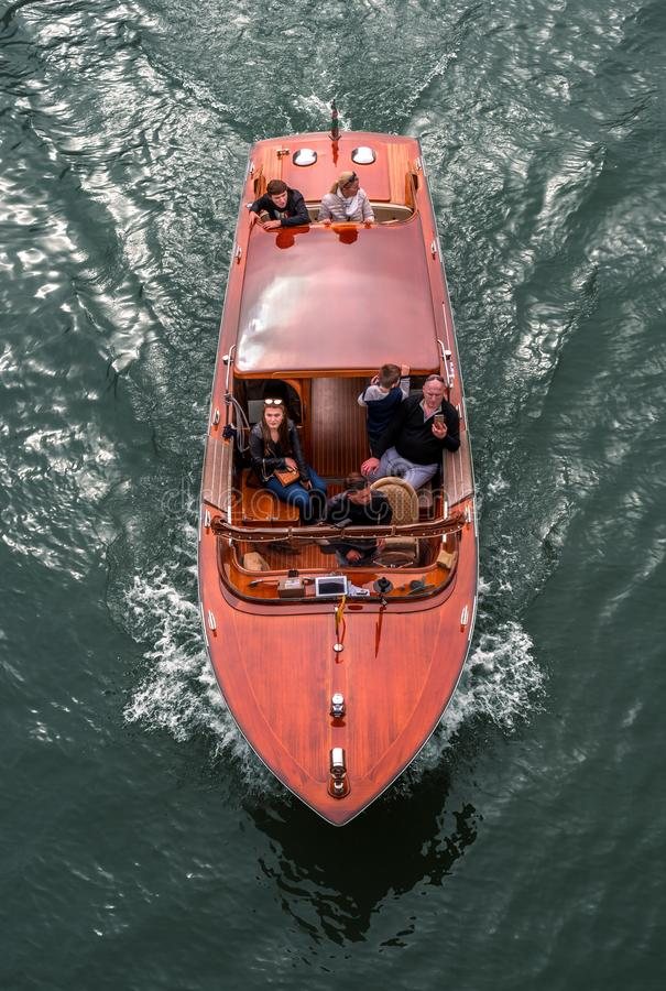 Veneza, Itália - 13 de outubro de 2017: Táxi da água em Grand Canal Turistas que visitam as vistas Família dos adultos e foto de stock royalty free