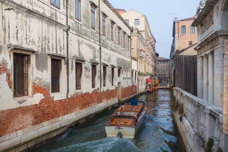 VENEZA, ITÁLIA - 6 DE OUTUBRO DE 2017: Táxi Venetian no canal de água fotografia de stock
