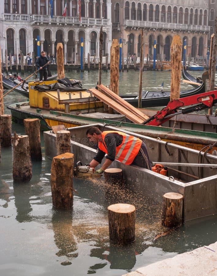 Veneza, Itália - 13 de outubro de 2017: Um beliche novo para gôndola e barcos está sob a construção O trabalhador vê martelado fotografia de stock