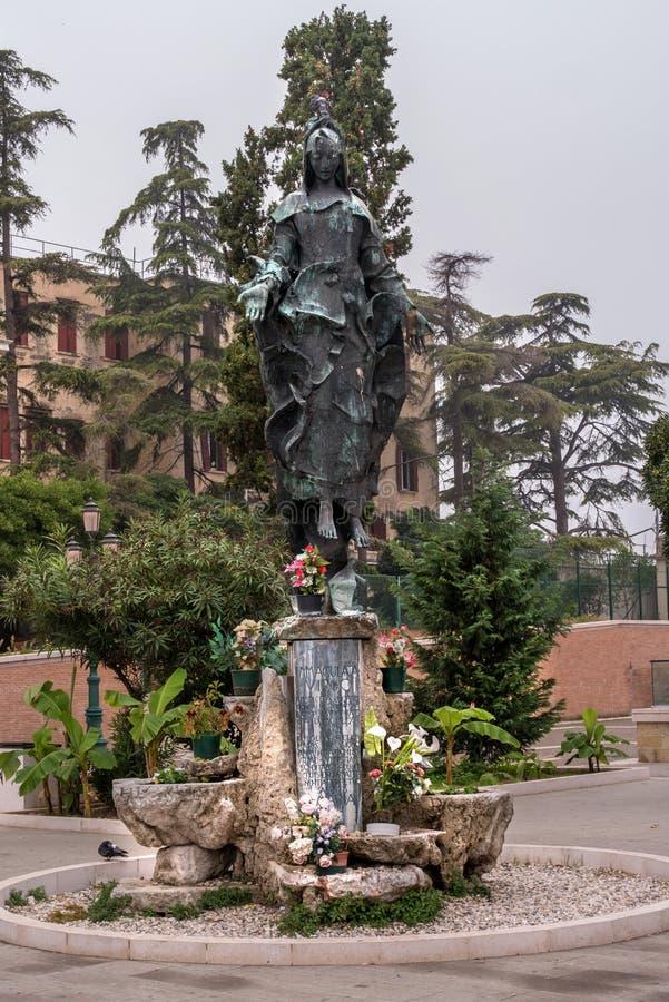 Veneza, Itália - 13 de outubro de 2017: Virgin Mary Statue Immaculate na estação de trem de Veneza Virgem de Immaculata fotos de stock royalty free