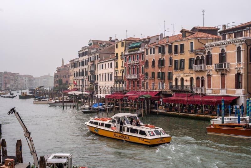 Veneza, Itália - 13 de outubro de 2017: Vista de Grand Canal do Ponte di Rialto Ponte Na margem há fotos de stock