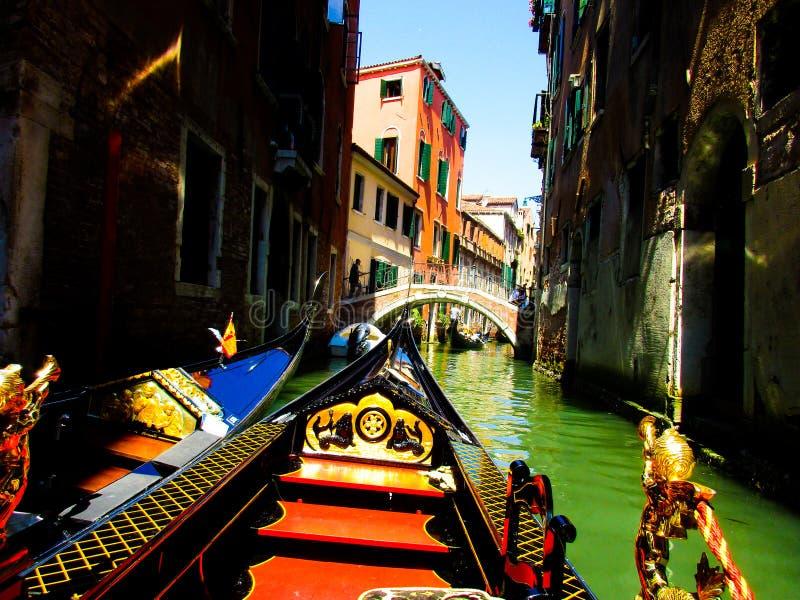 VENEZA, ITÁLIA - 19 DE SETEMBRO 2018: Viagem do barco da gôndola nos chanels grandes e pequenos venetian imagem de stock royalty free