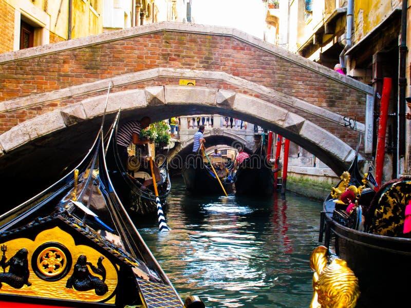 VENEZA, ITÁLIA - 19 DE SETEMBRO 2018: Viagem do barco da gôndola nos chanels grandes e pequenos venetian fotografia de stock royalty free