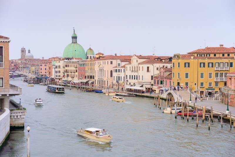 VENEZA, ITÁLIA - EM MAIO DE 2017: opinião grande do canal da ponte de Calatrava, em Veneza foto de stock