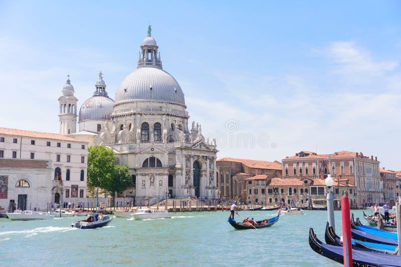 VENEZA, ITÁLIA - EM MAIO DE 2017: Vista bonita da gôndola tradicional fotografia de stock