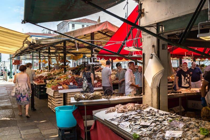 Veneza, Itália - em setembro de 2016: Mercado de peixes de Rialto O marisco fresco é indicado no gelo esmagado Marisco, peixes, c fotografia de stock royalty free