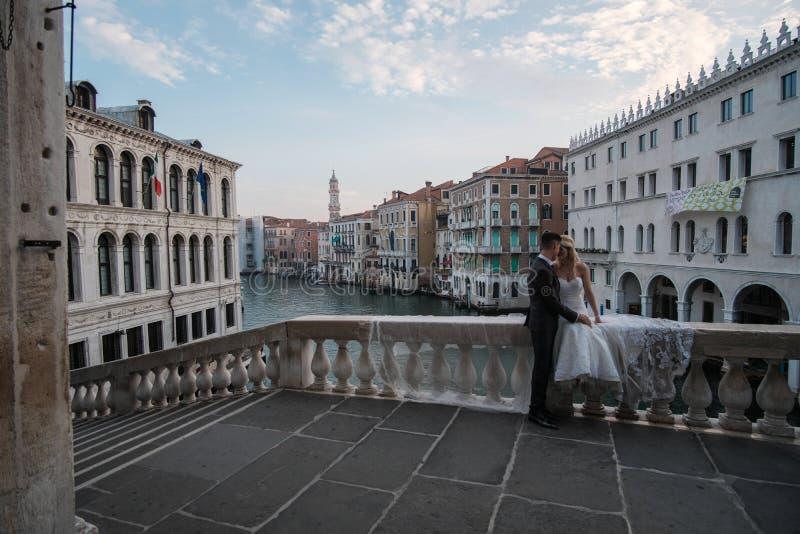 Veneza, Itália, sessão de foto do casamento do amanhecer na ponte de Realto imagens de stock