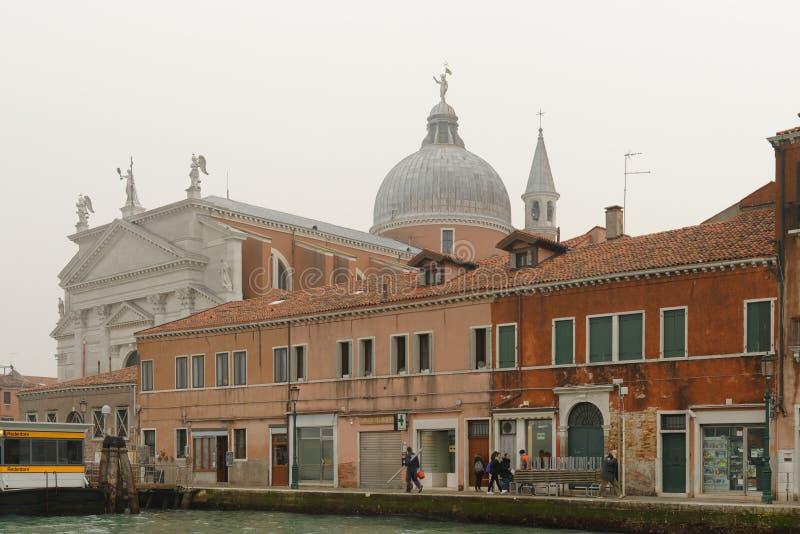 Veneza, Italia: cena tradicional de Veneza névoa do táxi da água da abóbada da igreja fotografia de stock