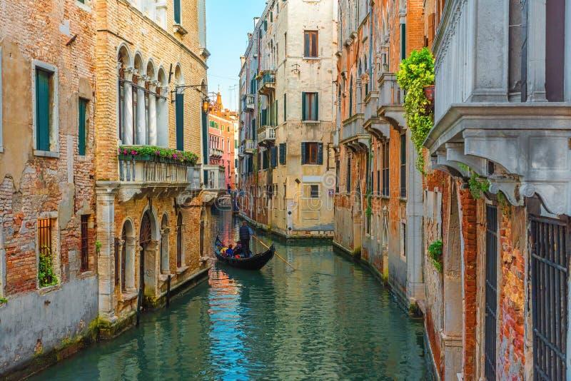 Veneza, Italy Gondoleiro Venetian que flutua na gôndola com os turistas através das águas verdes do canal de Veneza fotos de stock