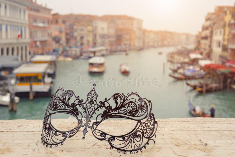 Veneza, Italy Máscaras Venetian na paisagem Grand Canal do agaist da ponte foto de stock royalty free