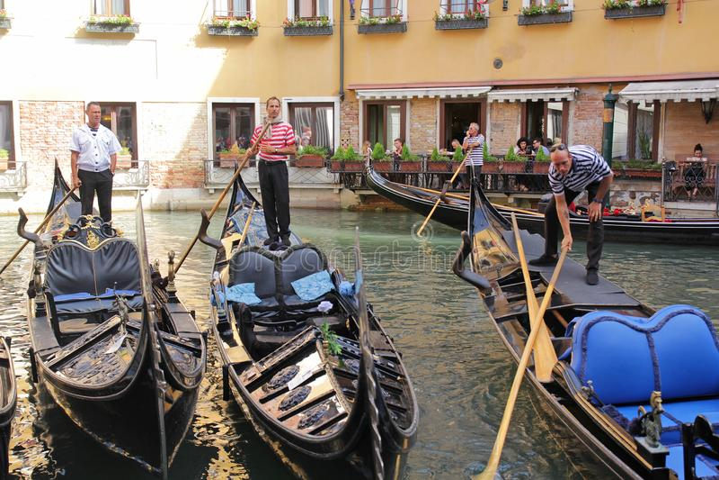 Veneza, It?lia - setembro 04,2017: Barco bonito da g?ndola no mar com as casas coloridas na cidade de Veneza fotografia de stock