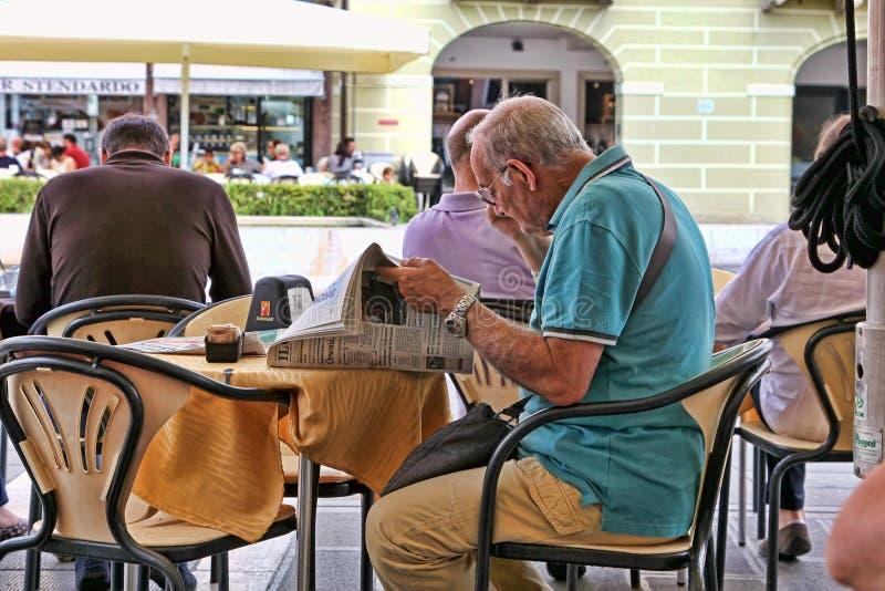 VENEZA, MESTRE- 29 de junho de 2014 Homem idoso que lê um jornal dentro imagem de stock royalty free