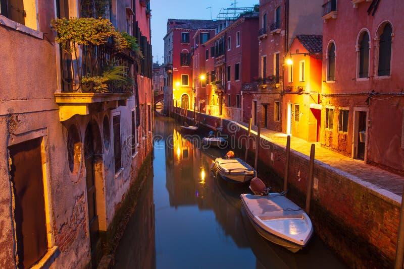 Veneza na noite Barcos em casas da rua do canal na água Arquitetura da cidade de Veneza, It?lia fotografia de stock royalty free