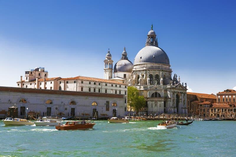 Veneza, o canal grande, a catedral de Santa Maria Della Salute e barcos com turistas imagens de stock