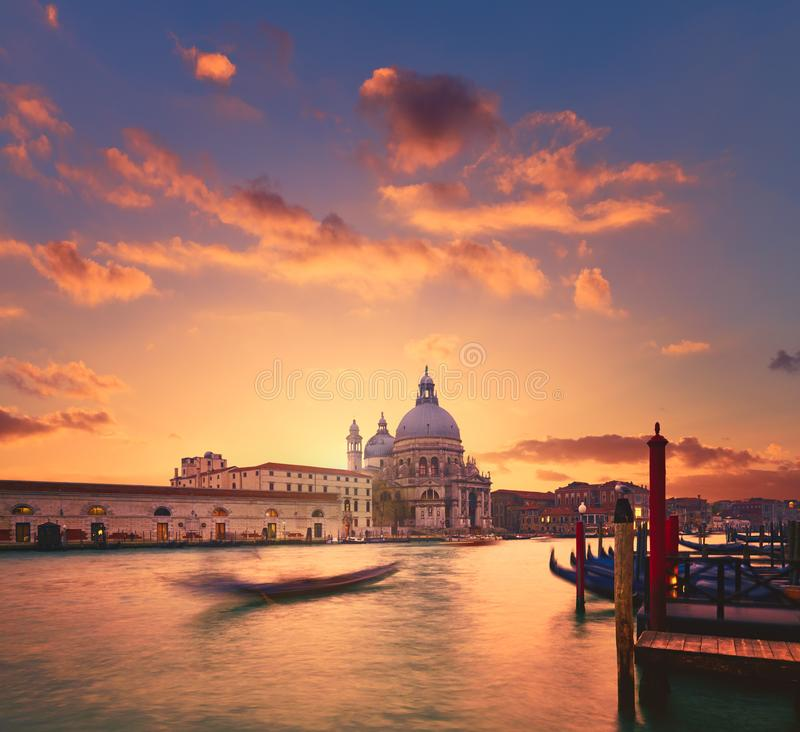 Veneza, pôr do sol sobre Santa Maria della Salute foto de stock