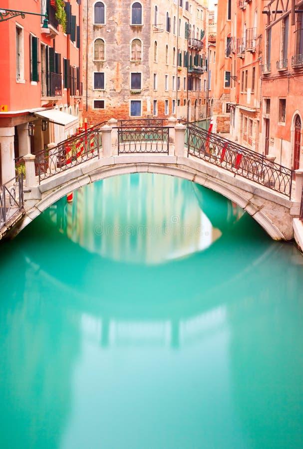 Veneza, ponte no canal da água. Foto longa da exposição foto de stock royalty free