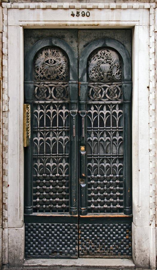 Veneza, porta velha da construção foto de stock royalty free