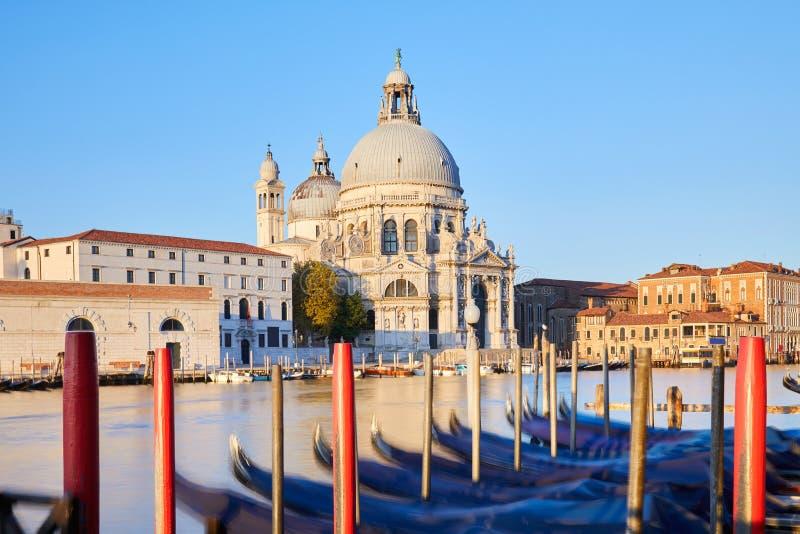 Veneza, St Mary da basílica da saúde e de gôndola amarradas na manhã em Itália fotografia de stock royalty free