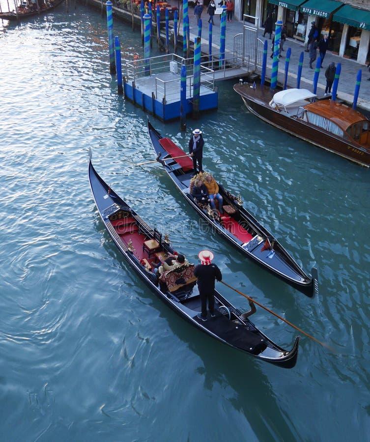 Venezia è una vista superiore di un canale e delle gondole immagini stock libere da diritti