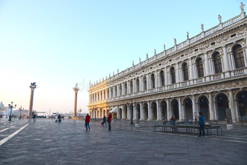 VENEZIA - 13 APRILE 2015: Quadrato di St Mark nei primi raggi del sole ad alba, Venezia, Italia fotografia stock