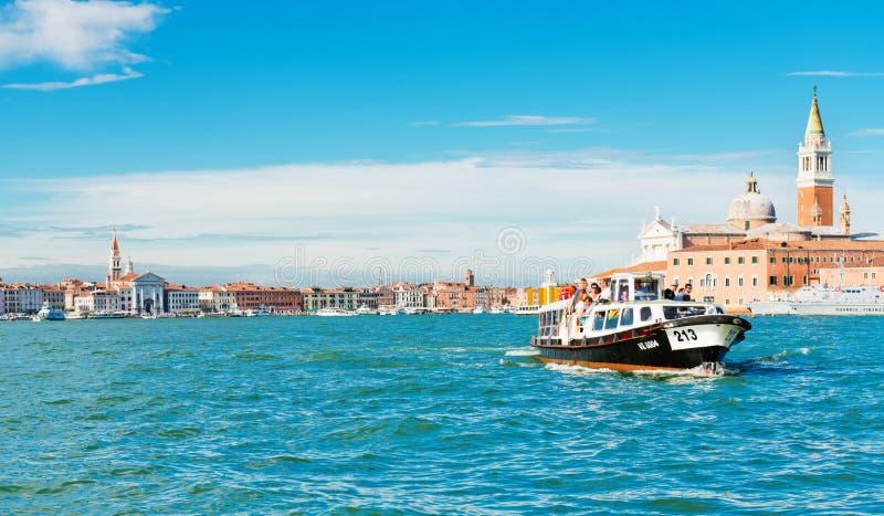 Venezia, gente di trasporto della nave nelle acque del San Marco fotografie stock