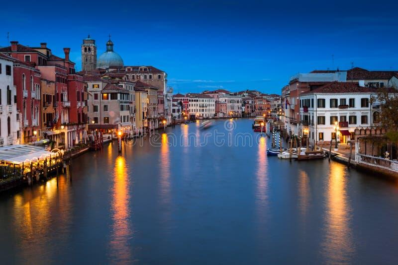 Venezia Grand Canal på natten Venedig Veneto, Italien royaltyfria bilder