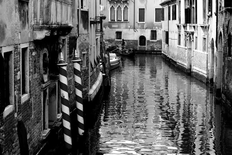 Venezia Italia, December 28, 2018 Venedig kanal med typiska Venetian gondoler royaltyfri foto