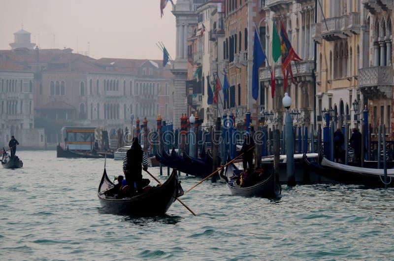Venezia Italia, December 28, 2018 Venedig kanal med typiska Venetian gondoler royaltyfri fotografi