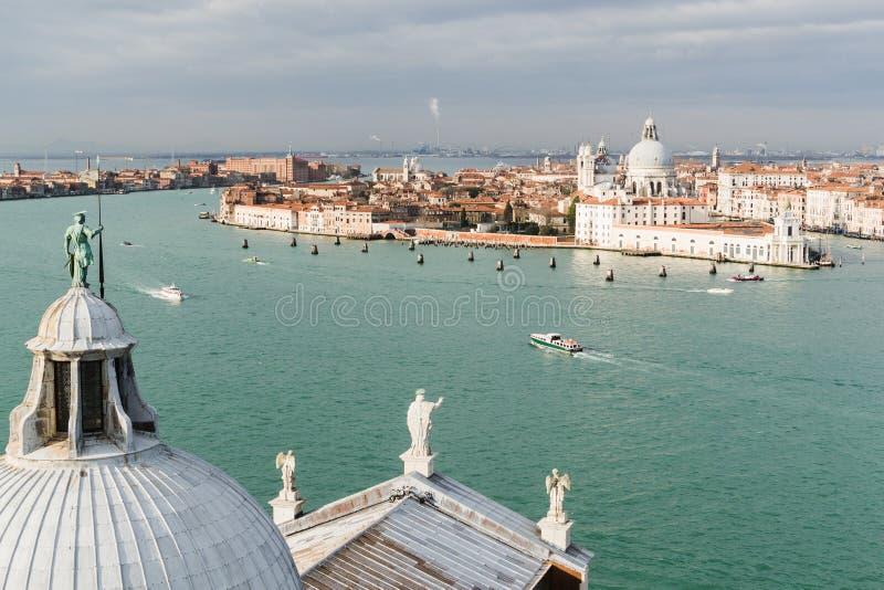 VENEZIA, ITALIA - DICEMBRE 2014: Vista sopra la chiesa di Santa Maria della Salute immagine stock