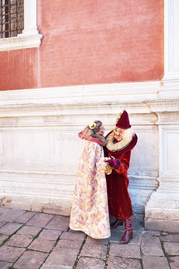 Venezia, Italia - 10 febbraio 2018: Accoppi in costumi al carnevale di Venezia immagini stock