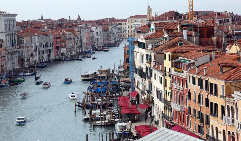 Venezia, Italia - 5 febbraio 2018: Grand Canal con le barche immagini stock libere da diritti