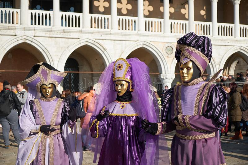 Venezia, Italia - 10 febbraio 2018: La gente nelle maschere e costumi al carnevale di Venezia immagine stock