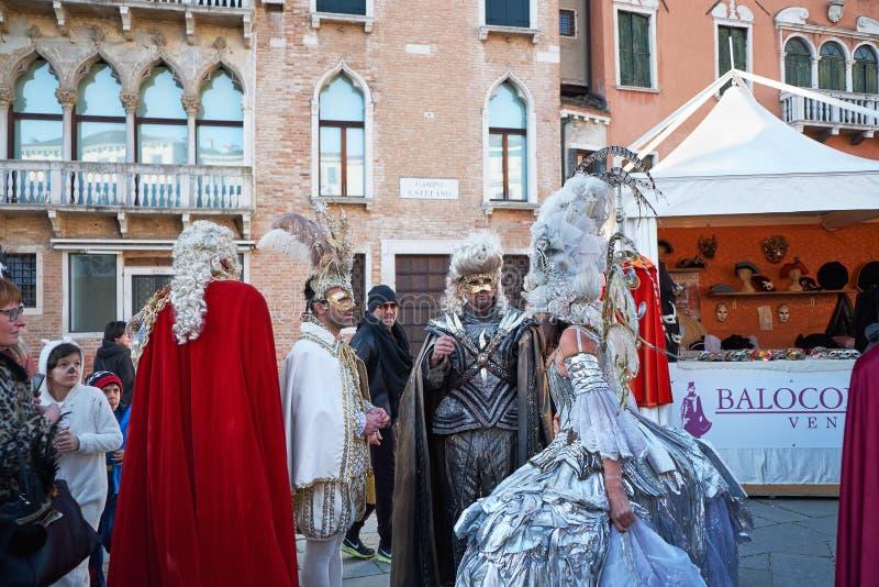 Venezia, Italia - 10 febbraio 2018: La gente nelle maschere e costumi al carnevale di Venezia fotografia stock