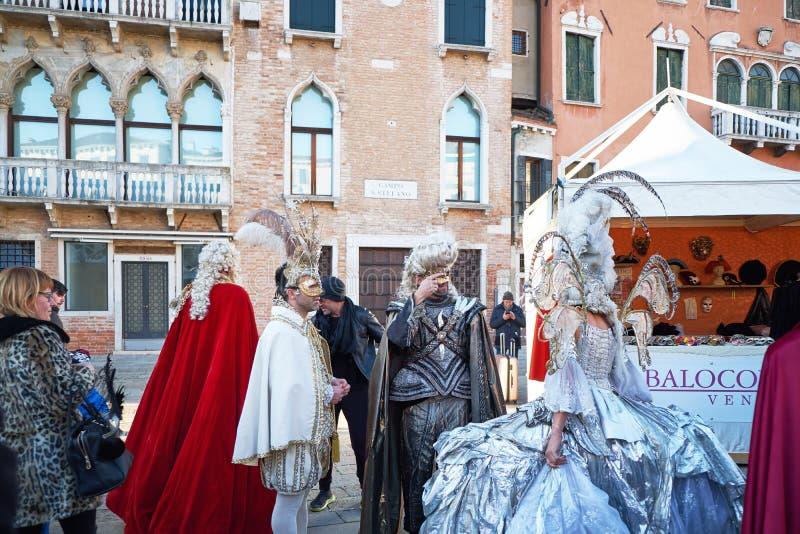 Venezia, Italia - 10 febbraio 2018: La gente nelle maschere e costumi al carnevale di Venezia fotografia stock libera da diritti