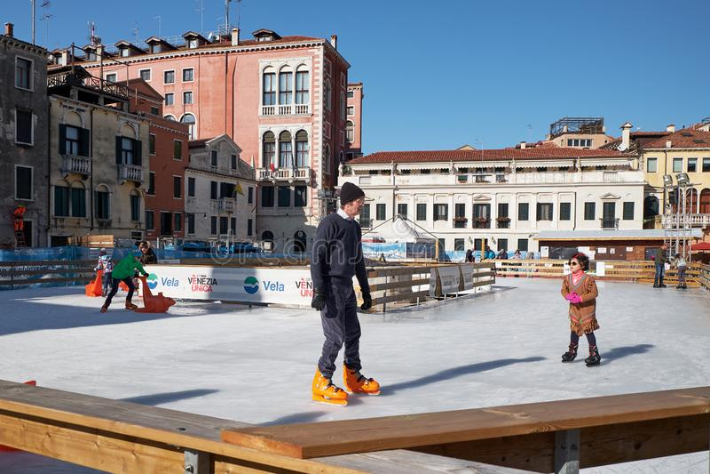Venezia, Italia - 10 febbraio 2018: La gente sulla pista di pattinaggio di pattinaggio su ghiaccio immagine stock libera da diritti