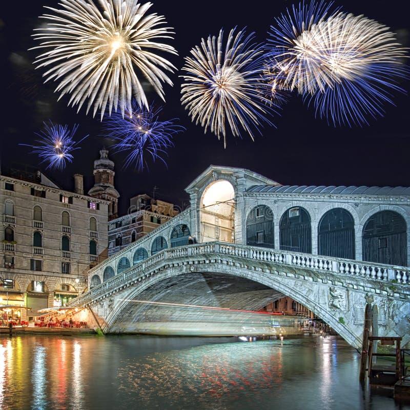 Venezia Italia, fuochi d'artificio sopra il ponte di Rialto immagine stock libera da diritti