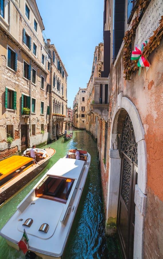 VENEZIA, ITALIA - 15 GIUGNO 2016: la barca due si incontra in piccolo canale fotografia stock libera da diritti