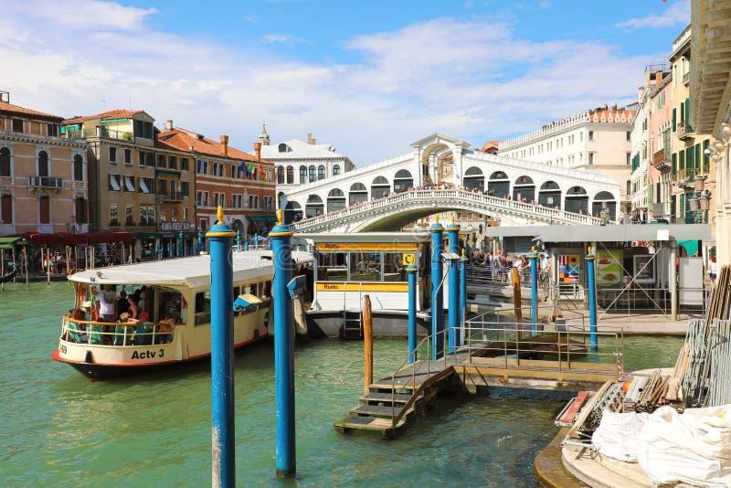 VENEZIA, ITALIA - 18 GIUGNO 2018: Ponte di Rialto sopra Grand Canal dentro immagini stock