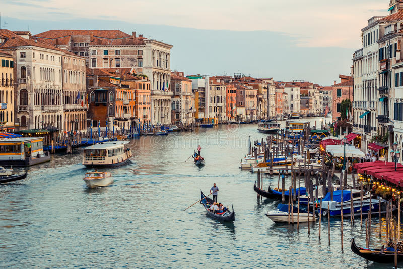 Venezia, Italia - 27 giugno 2014: Scena usuale di sera di estate a Venezia - turisti che navigano in gondole su Grand Canal Vista immagini stock