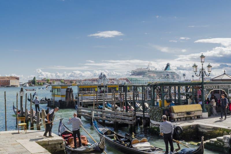 Venezia in Italia, gondole con la grande nave nel fondo immagini stock