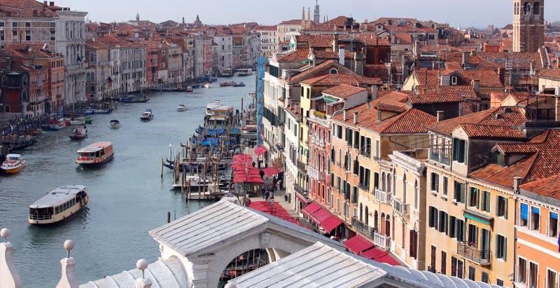Venezia Italia Grand Canal e ponte di Rialto con molte barche fotografia stock libera da diritti