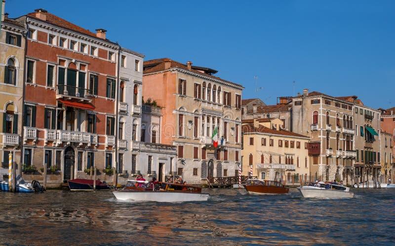 Venezia, Italia - 7 maggio 2018: Architettura scenica lungo Grand Canal nel distretto di San Marco di Venezia, Italia Barche e immagine stock