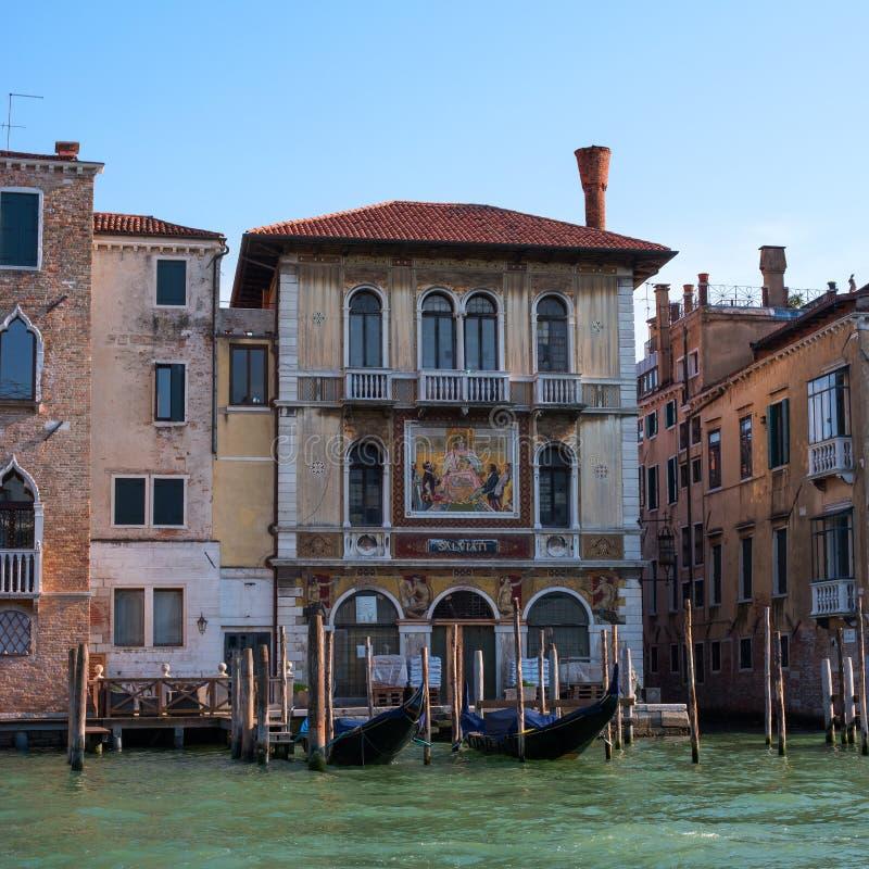 Venezia, Italia - 7 maggio 2018: Facciata del Palazzo Salviati su Grand Canal, Venezia Sulla parete della costruzione è immagini stock libere da diritti