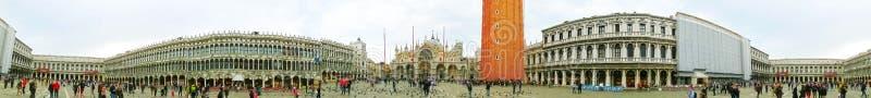 Venezia, Italia - 4 maggio 2017: Quadrato del ` s della piazza San Marco, o di St Mark, con la torre di orologio antica Ciò è il  fotografie stock