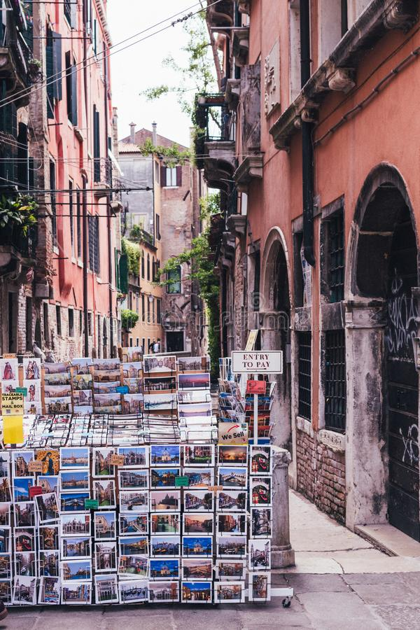 VENEZIA, ITALIA 11 MAGGIO 2018: Un negozio in pieno delle cartoline in una viuzza a Venezia immagine stock libera da diritti